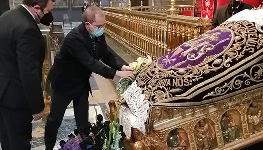 El Hermano Mayor visita el Santo Cristo de la Cama